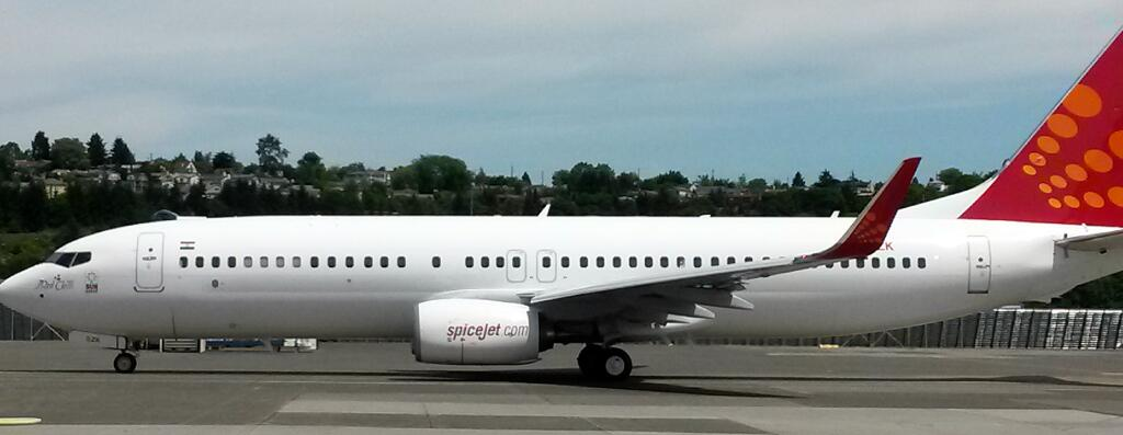 SpiceJet Boeing 737-800 VT-SZK in all white livery.