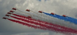 In Pictures: Farnborough Day 1, Red Arrows open the show