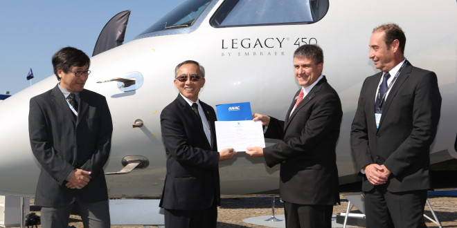 Marco Túlio Pellegrini, President & CEO da Embraer Executive Jets receives Legacy 450's type certification from Dino Ishikura, ANAC's Airworthiness Superintendent.