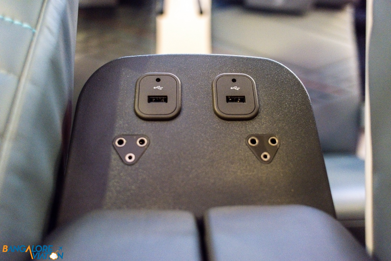 The 2 USB sockets and noise-reducing headphone sockets placed between the seats behind the armrests.